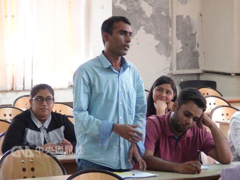 印度學生在課堂上能抄筆記也同時思考問題,並勇於發問和挑戰老師觀點,成為印度人學習數學能夠更強的原因之一。印度碩士生上課發問資料照片。中央社記者康世人新德里攝  107年4月11日
