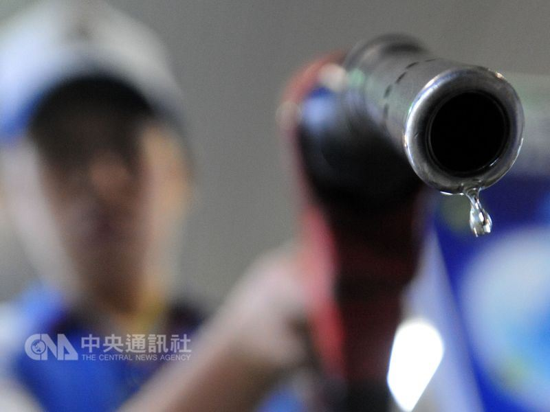 中東地緣政治升溫,全球油價大漲。下週國內各式汽柴油每公升零售價可能刷新40個月來油價新高。(中央社檔案照片)