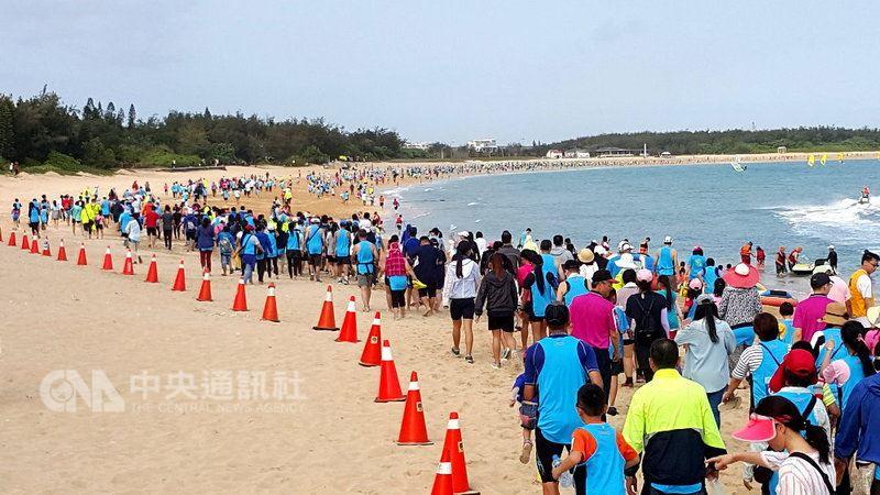 2018澎湖灣沙灘路跑嘉年華14日登場,1500多名中外跑者一起開跑,彎月型的隘門黃金沙灘上,跑者們延伸成一條長長人龍。中央社  107年4月14日