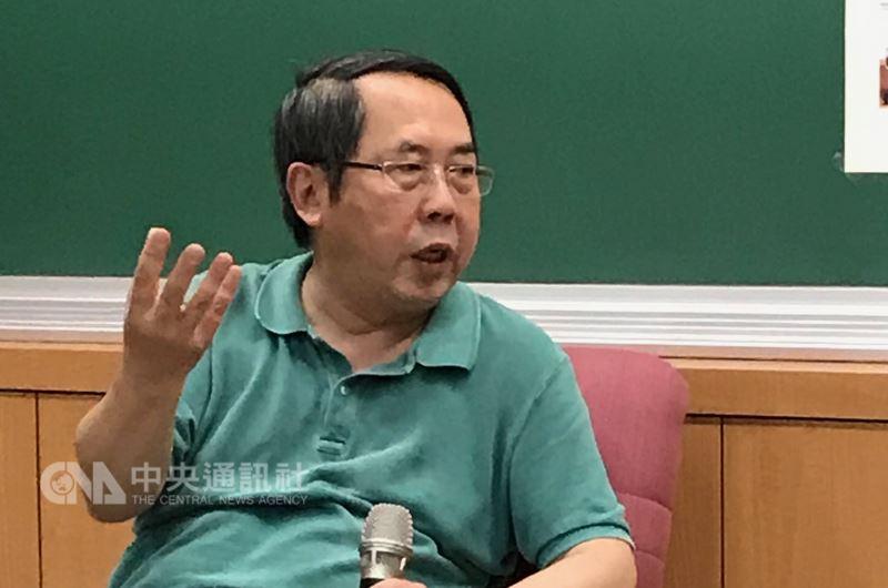 中國人民大學國際關係學院教授時殷弘(圖)14日表示,中美貿易問題是結構性問題,中國太晚認知全球化貿易對已開發國家的負面影響,加上美國總統川普的不確定性,中美貿易拳擊賽鐘聲會一直響起。中央社記者繆宗翰攝 107年4月14日
