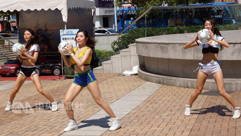 2018高雄市旅行公會國際旅展20日起將在高雄展覽館登場,14日邀請多名Show Girls化身足球甜心,在高雄街頭為活動宣傳造勢。中央社記者程啟峰高雄攝 107年4月14日