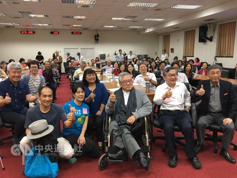 民進黨立委陳曼麗(前排左3)14日出席全國NGOs環境會議,她說,自己從環團出身,擔任立委後,當家才知當家的苦,很多環保問題無法一步到位,仍會傳達民團聲音到黨團、政府相關部門。中央社記者陳俊華攝 107年4月14日