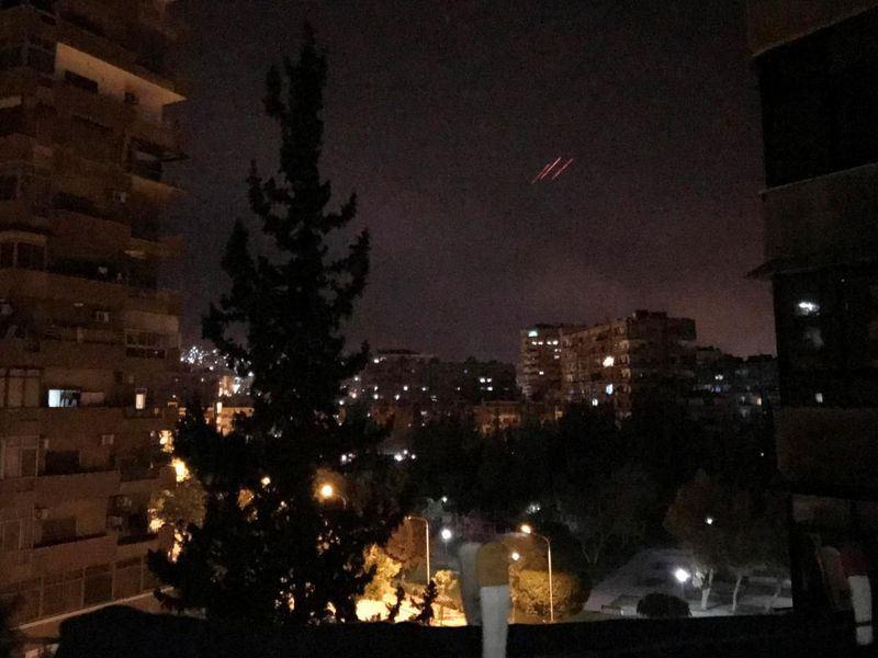 美國總統川普13日晚間宣布,已與英法兩國展開聯合軍事行動,轟炸敘利亞,美國國防部長馬提斯隨後出面說明空襲細節。(路透社提供)