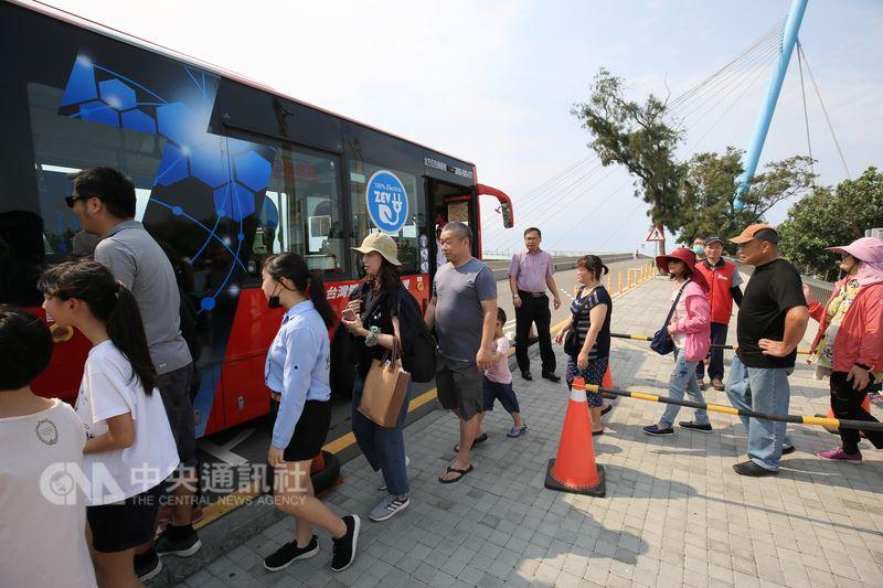 高美濕地每逢假日人潮眾多,台中市政府即日起例假日實施交通管制,並於周邊停車場外提供免費接駁車,導引遊客從停車場轉乘至高美濕地。中央社記者趙麗妍攝 107年4月14日