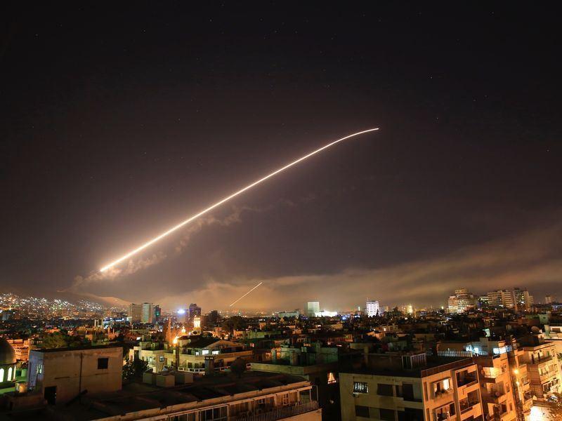 美國、英國與法國聯軍14日空襲敘利亞,目的是懲罰敘國總統阿塞德政權涉動用化學武器攻擊。圖為飛彈攻擊。(美聯社提供)