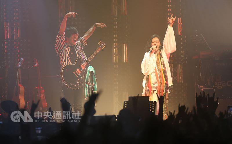歌手盧廣仲(前左)春季巡迴演唱會14日在華山Legacy舉行,邀請藝人小S(徐熙娣)(前右)擔任嘉賓,一起演唱搖滾版「酒後的心聲」,嗨翻全場。中央社記者張新偉攝 107年4月14日