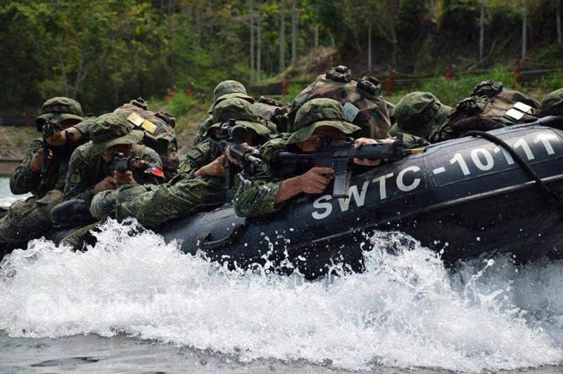 陸軍特戰指揮部日前展開為期11天的年度山隘行軍訓練,實施人力、動力操舟、武裝泅渡等訓練課程,為強化兩棲作戰能力。特指部特一營的山隘行軍訓練14日已進入第5天。(陸軍司令部提供)中央社記者劉麗榮傳真 107年4月14日