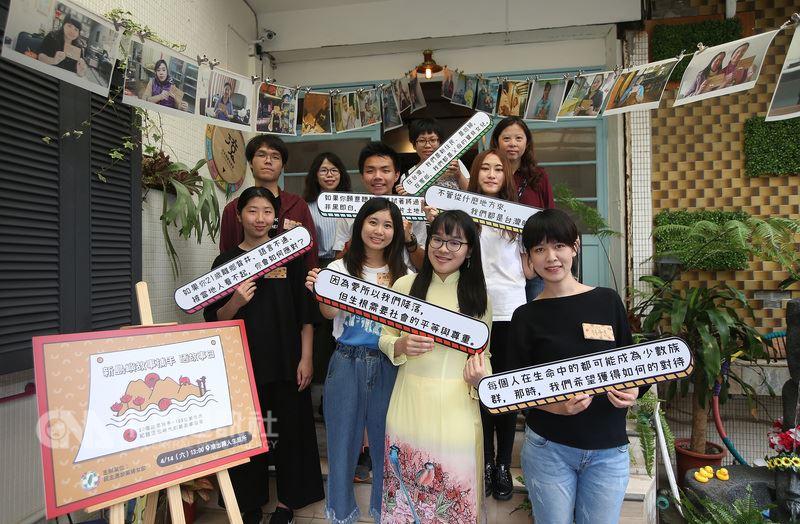 民進黨今年1月推出新島嶼故事捕手計畫,徵選20名青年培訓為「故事捕手」,到各縣市探訪新住民在地故事,14日成果分享,請來故事捕手將新住民在台灣打拚落地生根的故事傳遞給社會大眾。中央社記者張新偉攝 107年4月14日