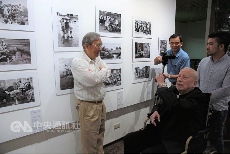 吳尊賢愛心獎得主相關特展14日起登場,獲得慈善服務獎、在台奉獻一生的神父畢耀遠,他早年在台拍攝照片也將一起展出。(吳尊賢基金會提供)中央社記者余曉涵傳真 107年4月14日