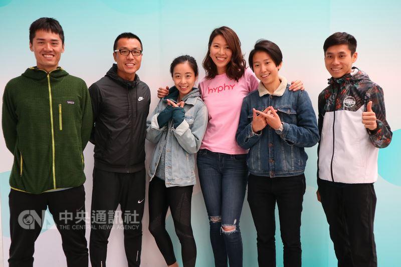 中國大陸首個冠名兩岸的馬拉松15日在昆山登場,台灣名模林又立(右3)、路跑達人李智群(左2)受邀參賽。有趣的是,這場吸引6000人報名的賽事,當地大陣仗出動8000名交警來「陪跑」管制交通。中央社記者陳家倫昆山攝 107年4月14日
