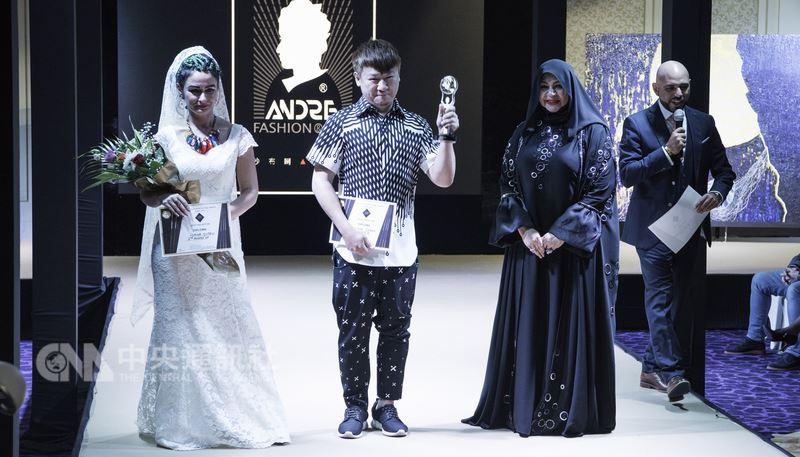 台灣原住民服裝設計師沙布喇.安德烈(左2)4月初參加在杜拜舉行的第一屆世界時裝節獎(World Fashion Festival Awards),一舉摘下首獎。(沙布喇.安德烈提供)中央社記者鄭景雯傳真 107年4月14日