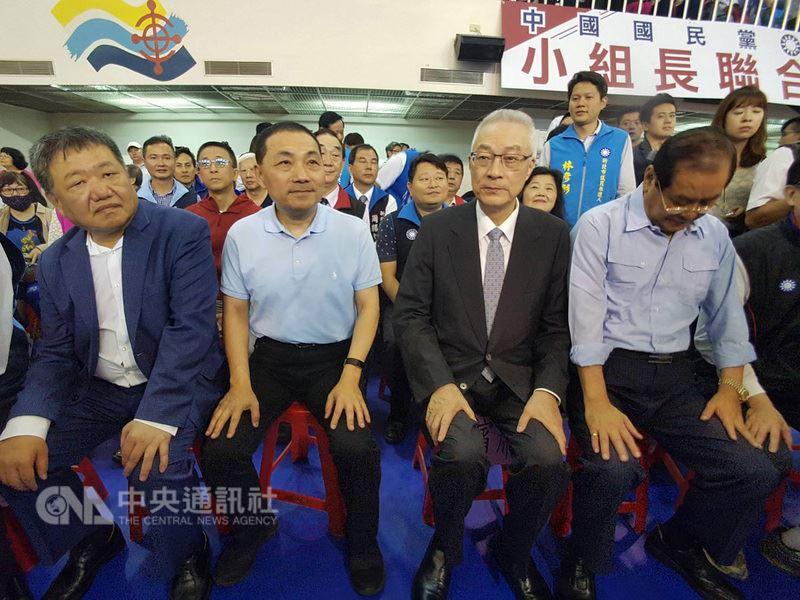 中國國民黨主席吳敦義(前右2)14日在國民黨新北市長提名人侯友宜(前左2)等人陪同下,出席新北市小組長授證典禮。中央社記者林長順攝 107年4月14日