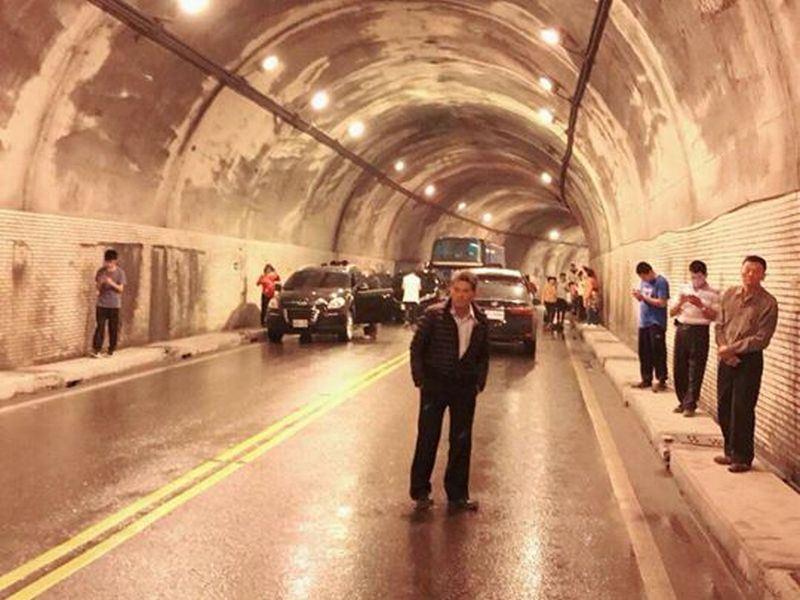 蘇花公路168.5至169.5公里處14日出現土石坍方,雙向交通中斷,初估晚間8時搶通。(圖取自蘇花公路即時路況臉書facebook.com/Suhuahighway)