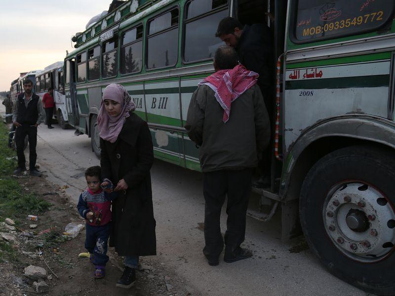 多輛巴士搭載反抗軍戰士和眷屬,以及不願繼續留在度瑪的平民,於過去幾天以來分批撤離,轉往鄰近土耳其邊界的反對陣營控制的敘利亞北部地區。(安納杜魯新聞社提供)