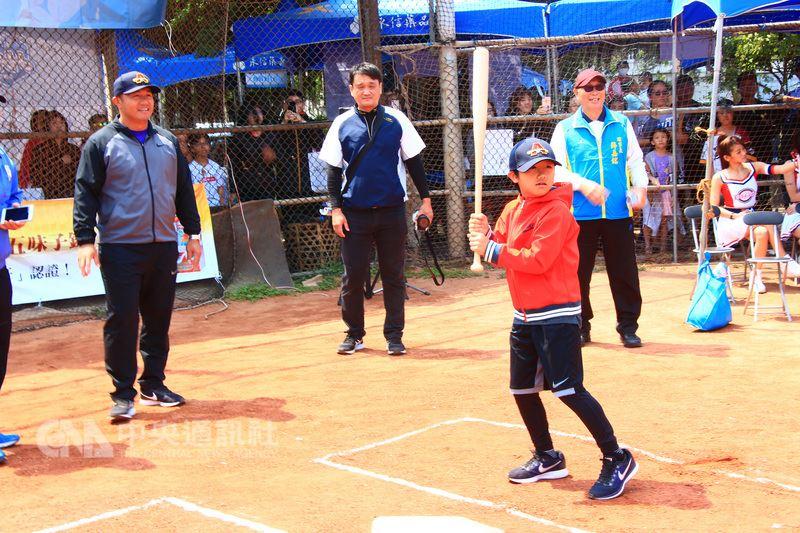2018永信HAC健康盃慢速壘球邀請賽15日登場,球星張泰山(左)與兒子張可洛(前右)受邀為比賽開球,張泰山表示,棒球與壘球是能增加親子互動的運動,歡迎大家多帶孩子上場打球。中央社記者蘇木春攝 107年4月15日