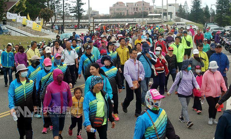 由澎湖體育會舉辦「運動i臺灣」運動城市系列活動,15日由市區健行活動打頭陣,近400人在志工的協助下首度市區健行,全程5公里。中央社  107年4月15日