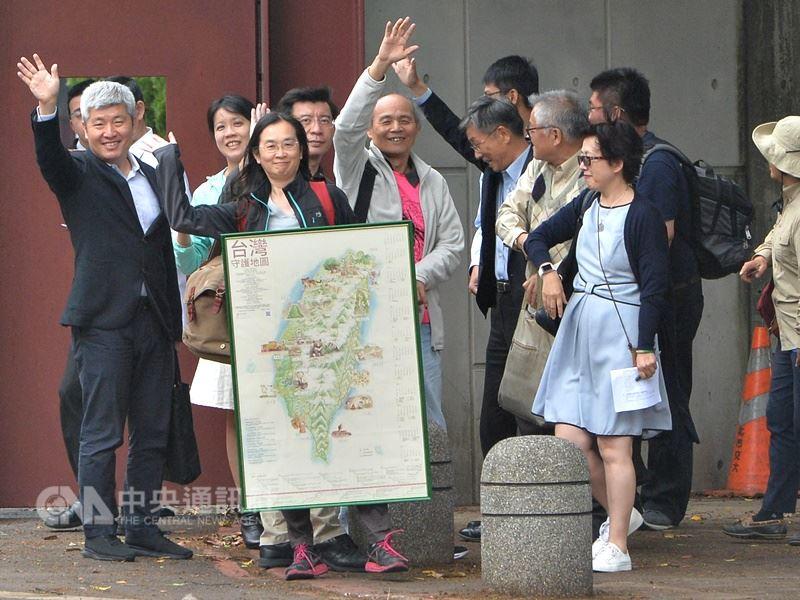 合辦全國NGOs環境會議的團體代表們15日下午到總統官邸拜會總統蔡英文。 中央社記者孫仲達攝 107年4月15日