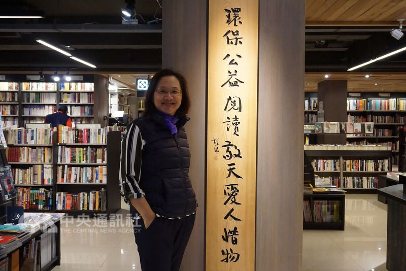 金門媳婦戴莉珍(圖)和來自金門中蘭的夫婿蔡謨利,在台北經營茉莉二手書店,「環保公益閱讀,敬天愛人惜物」是茉莉書店的核心精神。中央社記者黃慧敏攝 107年4月15日