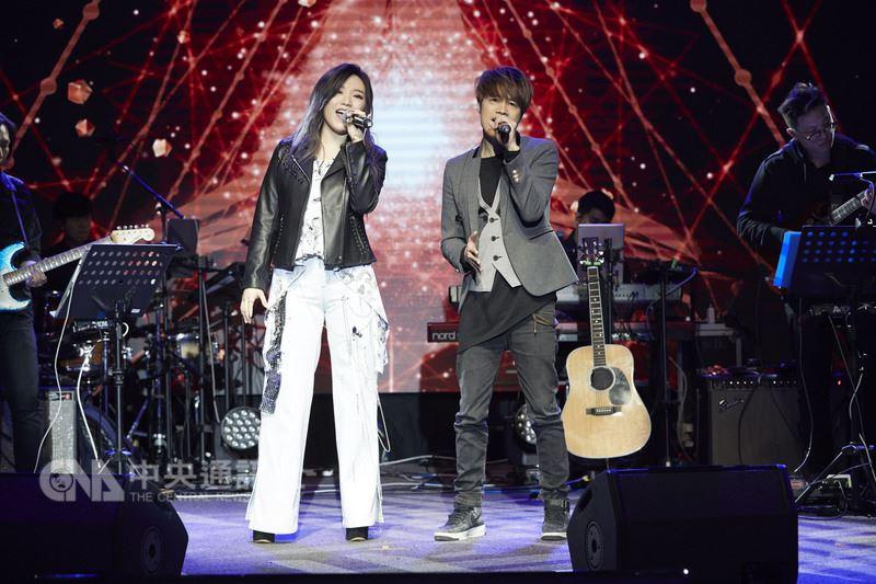 歌手閻奕格(左)15日晚舉辦「我有我自己」音樂會,找來創作歌手Tank(呂建中)(右)擔任嘉賓,對唱她在KTV一直很想唱但找不到合唱對象的歌曲「不該」。(華研提供)中央社記者汪宜儒傳真 107年4月15日