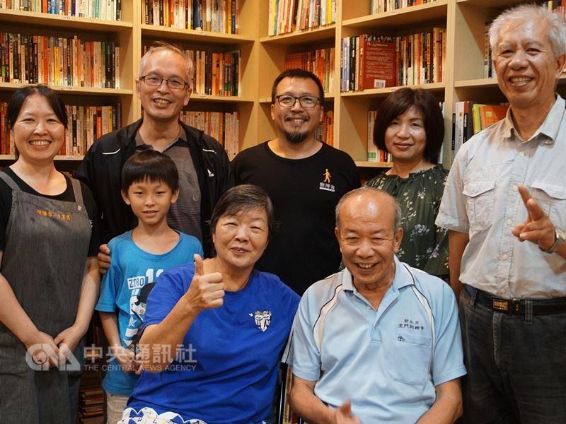 金門山后的王世襲(前右)夫婦民國60年代起在台北賣二手書,因他們的提攜,下一代蔡志堅(後排左2)、蔡能寶(後排右2)等人各自在台經營二手書店,各擁半邊天。中央社記者黃慧敏攝 107年4月15日