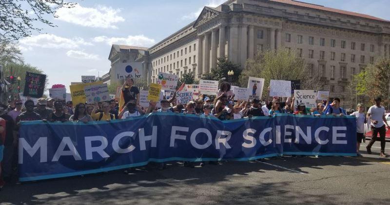 數百人群眾14日聚集在美國華府參與「為科學遊行」,向政府喊話。(圖取自March for Science臉書www.facebook.com/marchforscience)