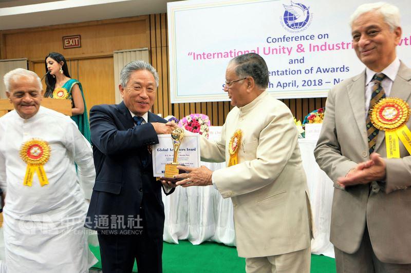 駐印度代表田中光(左2)15日在新德里獲印度市民融合和平機構頒發全球成就獎,表彰他在促進台印關係的特殊貢獻與成就。中央社記者康世人新德里攝  107年4月15日
