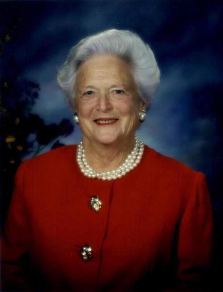 美國前總統老布希的妻子芭芭拉(圖)健康日益惡化,由於年事已高,決定不再尋求治療,未來以症狀舒緩照護為主。(圖取自維基共享資源,版權屬公眾領域)