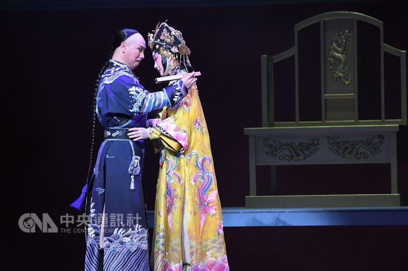 國光劇團「孝莊與多爾袞」由魏海敏(右)與唐文華(左)主演,以孝莊太后和多爾袞的情與政治算計為題,鋪排出現實裡人的無情與有情。(國光提供)中央社記者汪宜儒傳真 107年4月16日