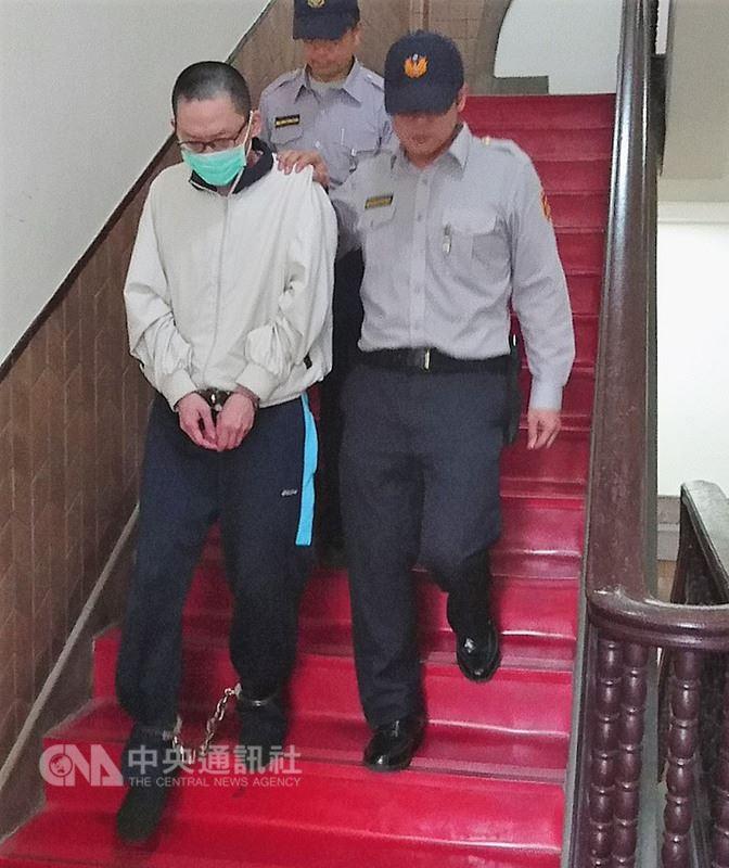 台灣高等法院16日開庭審理「小燈泡案」,提訊王姓犯嫌(前左)進行延押訊問;王嫌對於是否要延長羈押沒有意見。中央社記者王揚宇攝 107年4月16日