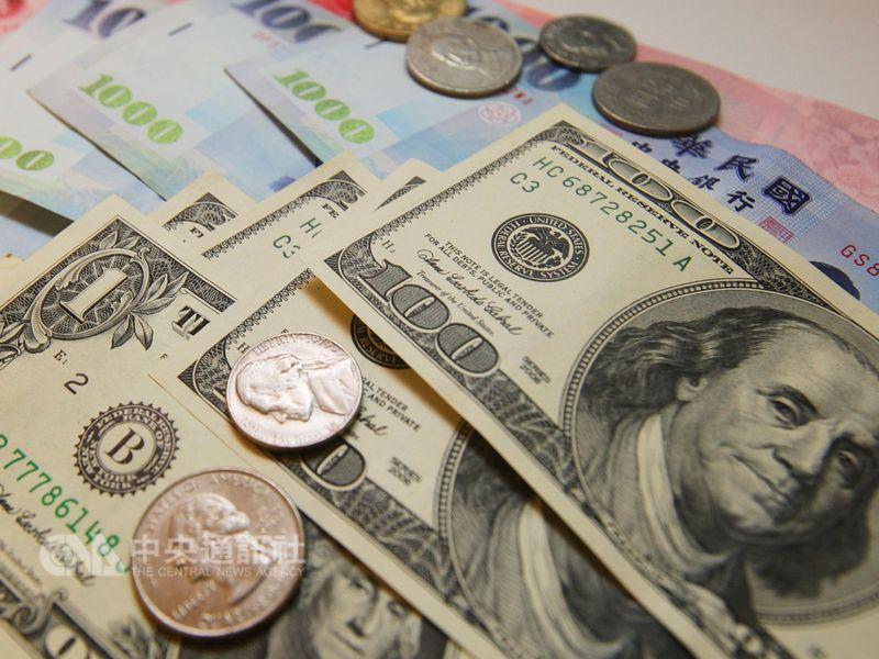 新台幣16日開低走低,終場以29.425元兌1美元作收,重貶1.23角。(中央社檔案照片)