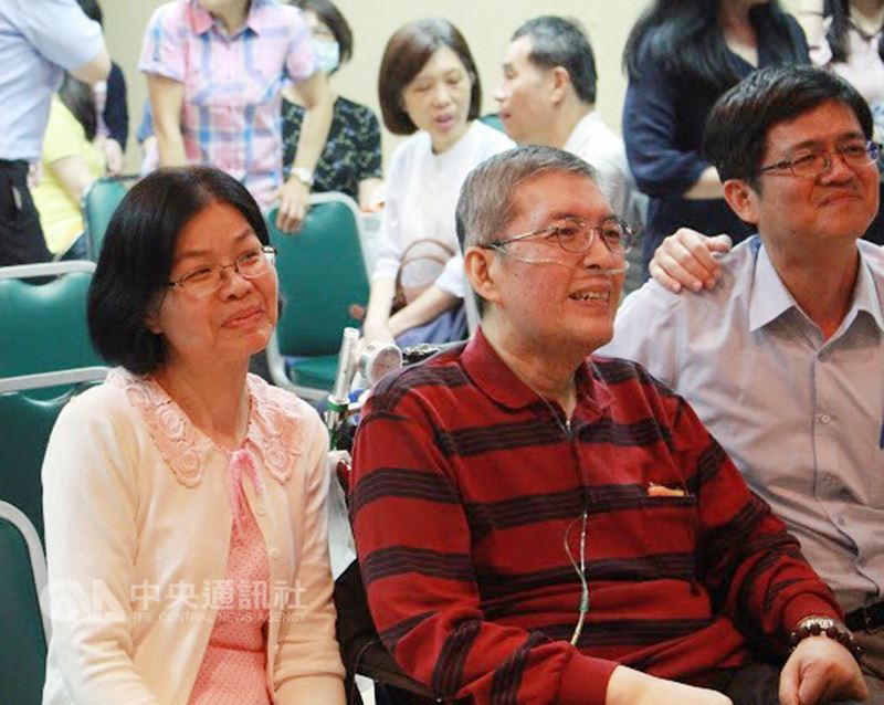 前高雄市立民生醫院院長蘇健裕(左2)罹患癌症末期,太太尹亞蘭(左)一路陪伴,並帶領子女為夫舉辦生命告別式「快轉人生畢業典禮」,讓他感受生命意義不在長度,而是生命的深度。(尹亞蘭提供)中央社記者王淑芬傳真 107年4月16日