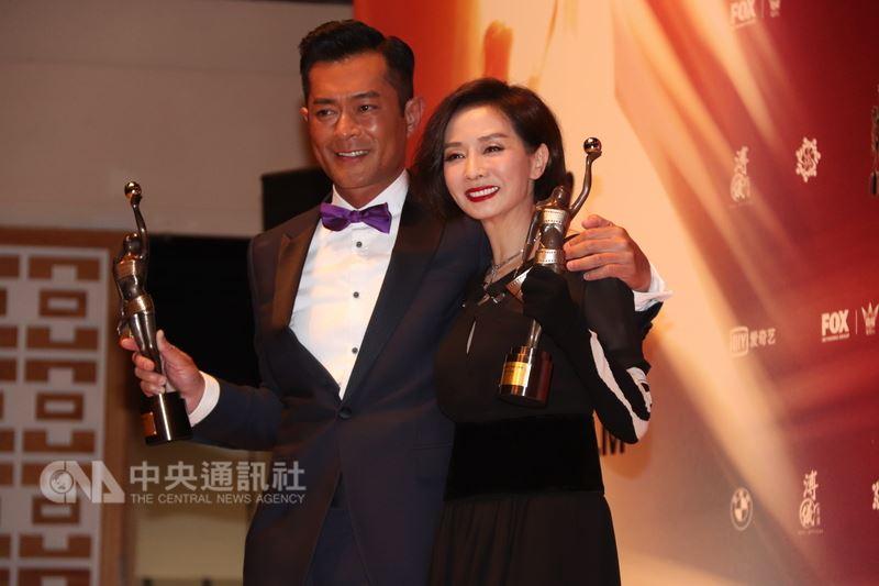 藝人古天樂以電影「殺破狼.貪狼」奪得第37屆香港電影金像獎最佳男主角;圖為古天樂(左)與最佳女主角毛舜筠(右)合照。中央社記者張謙香港攝  107年4月15日