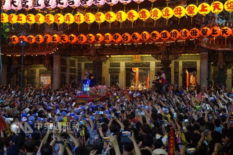 大甲媽祖13日晚間起駕,步上9天8夜的遶境行程。中央社記者趙麗妍攝 107年4月13日