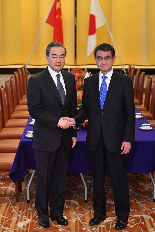 日本外務大臣河野太郎(右)15日與中國外交部長王毅會談後表示,雙方同意,日本將主辦罕見的中日韓三方高峰會議。(共同社提供)
