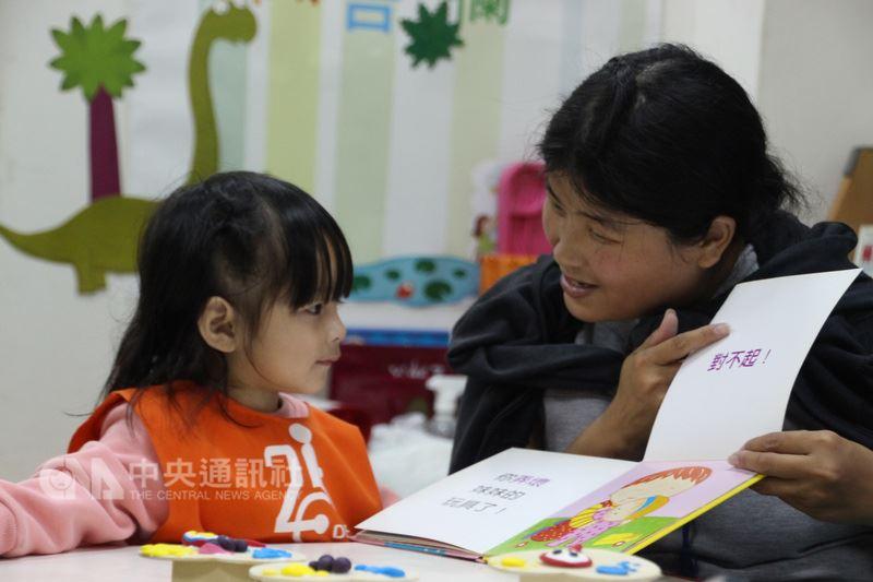 3歲薇薇(左)以前常走路跌倒,不太會說話,發展遲緩。老師用繪本給予語言刺激,薇薇在努力一段時間後,終於能發出單音,成果令人振奮。(伊甸基金會提供)中央社記者陳偉婷傳真  107年4月16日