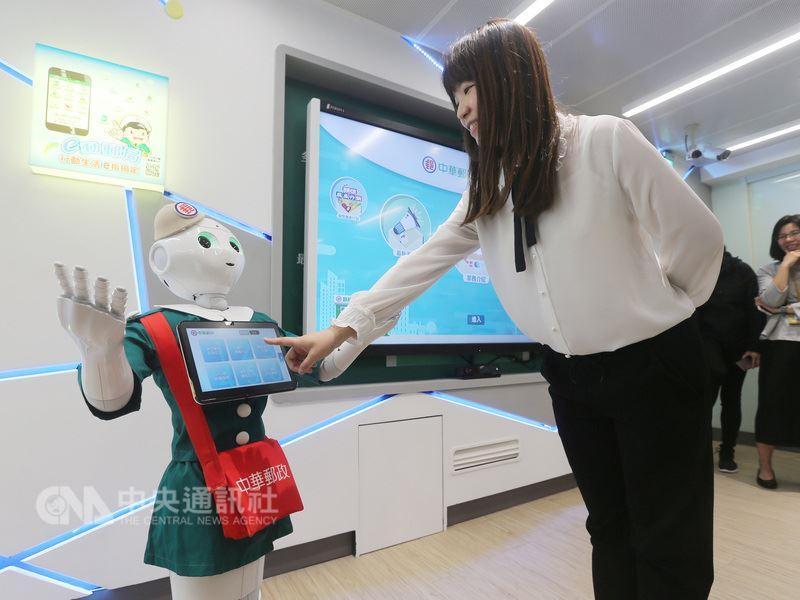 中華郵政16日在台北金南郵局啟用首家數位郵局,民眾可以透過智慧機器人Pepper互動導覽,了解更多數位服務。中央社記者徐肇昌攝  107年4月16日