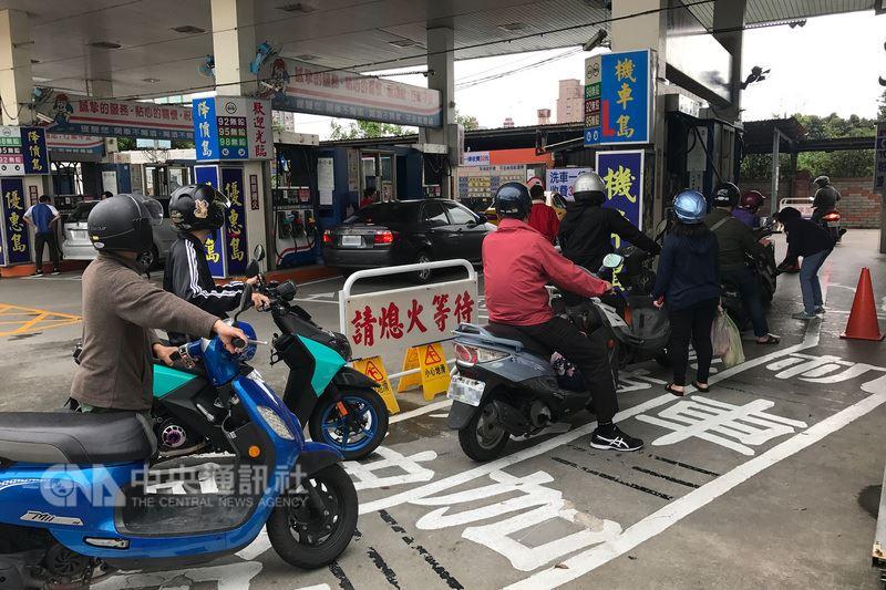 經濟部長沈榮津16日表示,已請國營會檢討油價公式及穩定油價機制,目標在一個月內向經濟部提報。(中央社檔案照片)