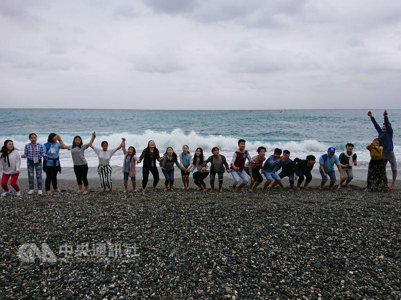 在台灣世界展望會東區辦事處的安排下,蒙古「藍天合唱團」成員20多人16日到花蓮七星潭遊覽,在蒙古草原長大的孩子大部分都是第一次到海邊,看到一片無垠的海洋無不雀躍開心。(台灣世界展望會提供)中央社記者李先鳳傳真 107年4月16日