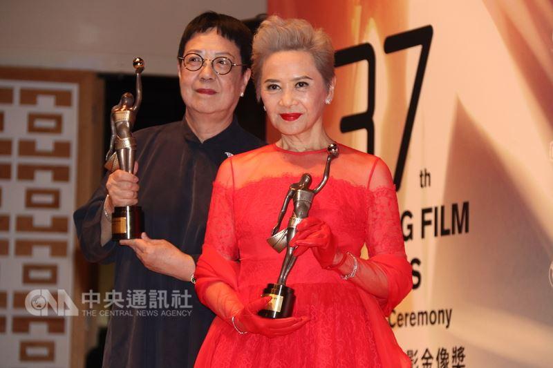 知名導演許鞍華(左)以電影「明月幾時有」奪得第37屆香港電影金像獎最佳導演,葉德嫻也憑此片奪得最佳女配角。中央社記者張謙香港攝  107年4月15日