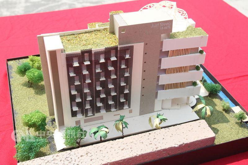 晶華國際酒店集團與十鼓文旅公司合作,在台南十鼓仁糖文創園區打造新旅店,工程16日動土。圖為旅店外觀模型。中央社記者楊思瑞攝 107年4月16日