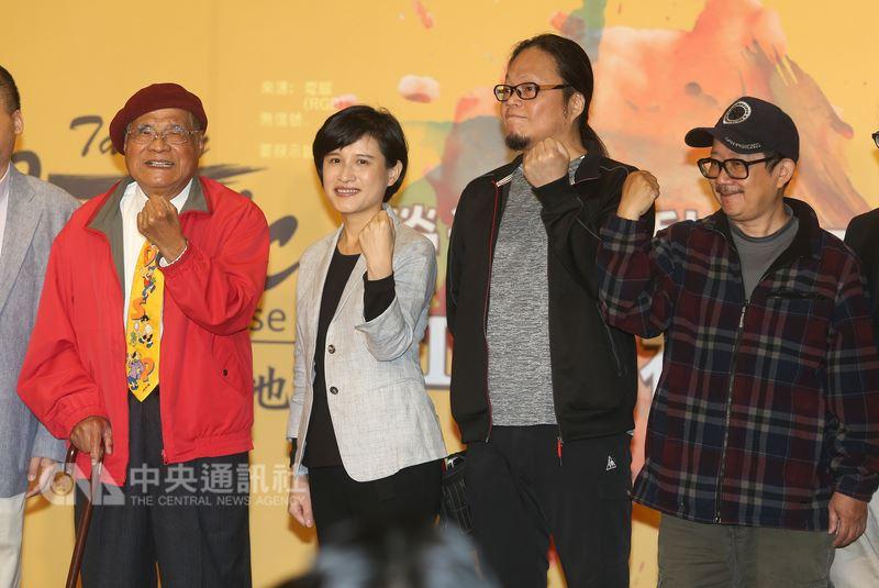 文化部長鄭麗君(左2)16日出席台灣漫畫基地營運啟動儀式記者會,將匯集國內漫迷和粉絲能量,打造台灣漫畫產業。中央社記者謝佳璋攝  107年4月16日