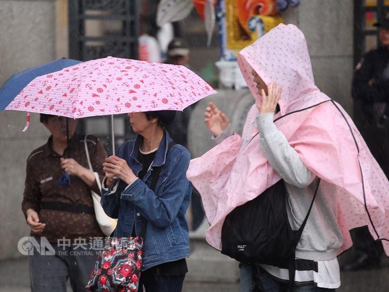 氣象局表示17日上半天因華南雲雨通過,加上東北季風持續影響,北台灣濕涼,低溫探攝氏17度,預估19日氣溫才會回升。(中央社檔案照片)