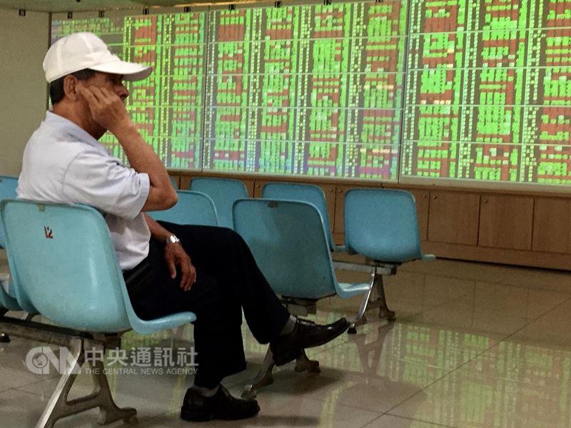 台股17日在台積電、大立光、可成、鴻海及金融股等權值股走弱下,賣壓相對加重,指數早盤下跌118點,跌破10900點關卡。(中央社檔案照片)