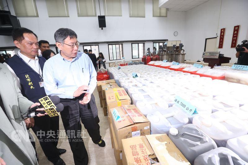 屏�|及�p北市警方16日�手在新北市土城�^破�@史上最大安毒工�S,台北市�L柯文哲(前左2)17日出席破案�者��,端�桌上�列的大量毒品。中央社�者�羌�N�z