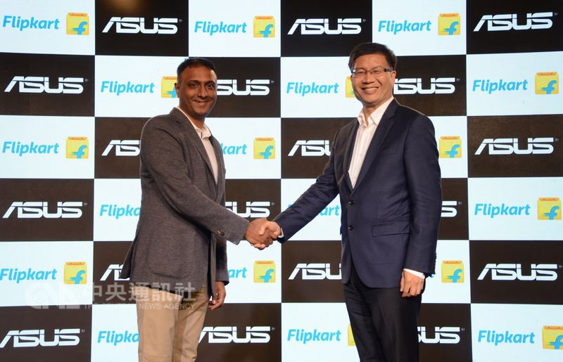 電腦品牌廠華碩執行長沈振來(右)與印度最大電商Flipkart執行長克里希那穆提(Kalyan Krishnamurthy,左)17日簽署合作備忘錄,Flipkart將成為華碩手機在印度市場的主要線上銷售通路。(華碩提供)中央社記者吳家豪傳真 107年4月17日