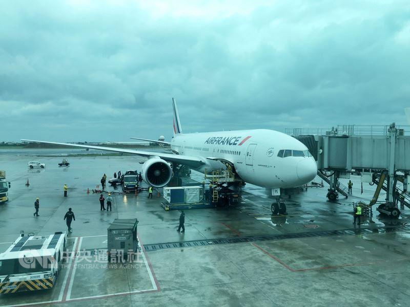 睽違20年,法國航空公司與華航合作重回台灣市場,提供每週3班巴黎台北直飛航線,首航班機17日早上抵達台灣。中央社記者吳睿騏桃園機場攝 107年4月17日