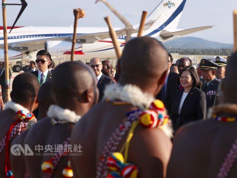 總統蔡英文(右2)17日出訪非洲友邦史瓦濟蘭,專機於當地時間下午抵達,蔡總統下機後受到當地民眾以熱情迎賓儀式歡迎。中央社記者吳翊寧史瓦濟蘭攝 107年4月17日