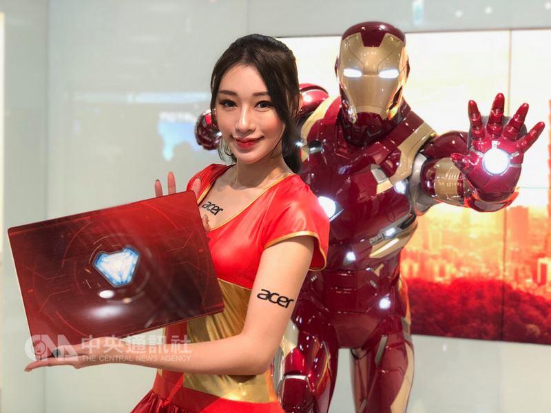 電腦品牌廠宏碁17日宣布與漫威(Marvel)合作,推出Acer復仇者聯盟特別版筆記型電腦系列。圖為鋼鐵人版Swift 3。中央社記者吳家豪攝 107年4月17日