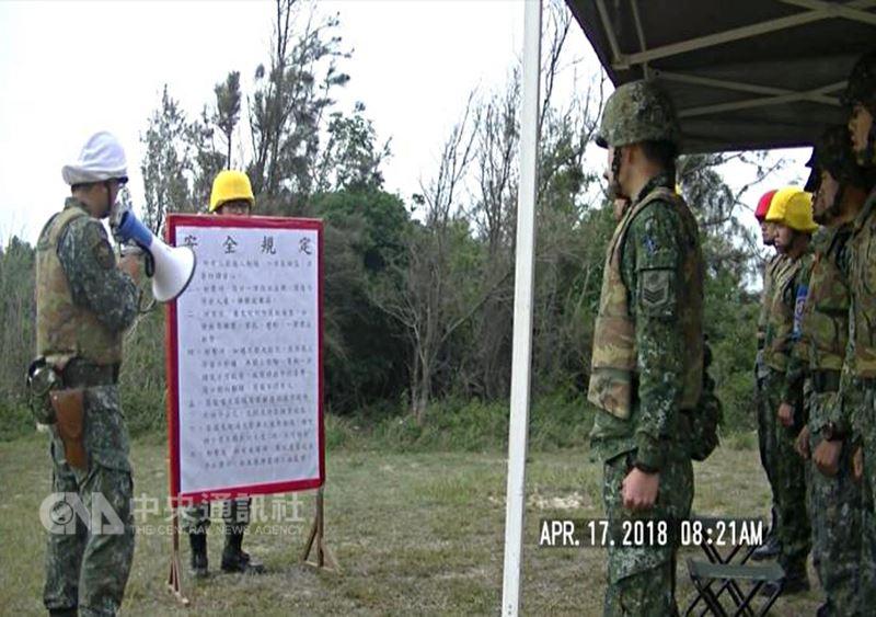 金門防衛指揮部表示,17日在峰上靶場進行的66火箭縮射彈射擊,是連級基地核心鑑測的項目之一,屬於年度例行性訓練。圖為訓練前向官兵宣導相關安全規定。(金防部提供)中央社記者黃慧敏傳真 107年4月17日