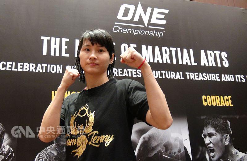 台灣首位女性職業綜合格鬥選手黃偵玲,將於20日在大馬尼拉地區巴賽城的「榮耀英雄」(Heroes of Honor)賽事中,迎戰菲國悍將殷勇(Gina Iniong)。黃偵玲接受了10個月的特訓,希望給觀眾一個驚喜。中央社記者林行健馬尼拉攝 107年4月17日
